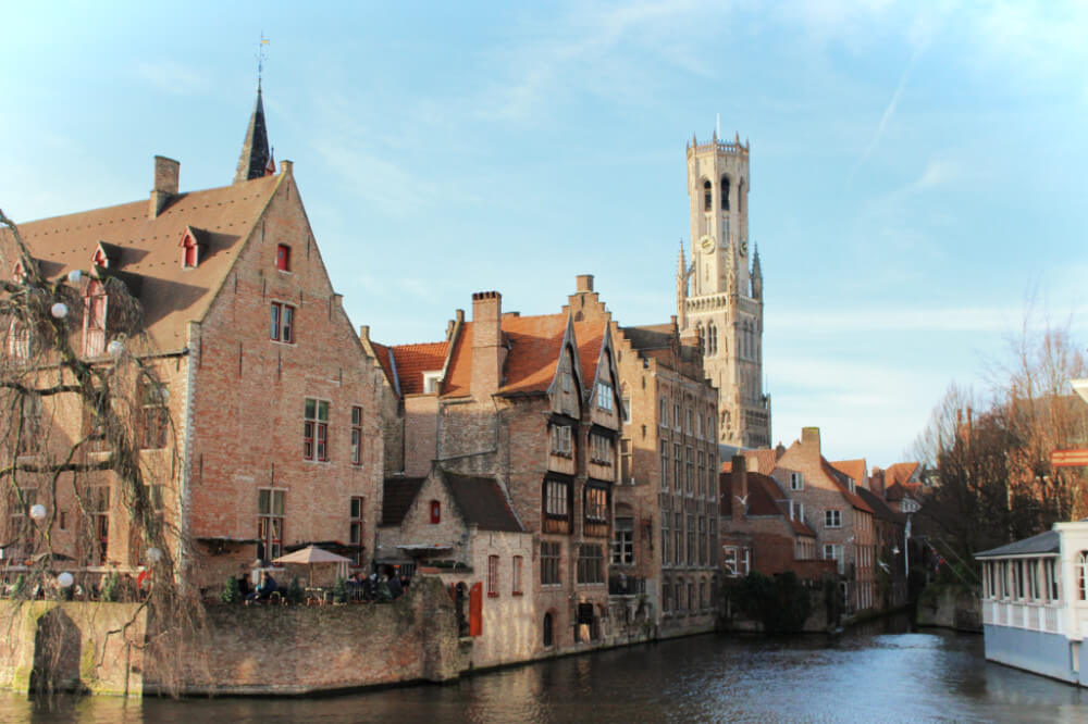 Picturesque Brugges, Belgium is a romantic medieval town that isn't to be missed when visiting Belgium in winter!