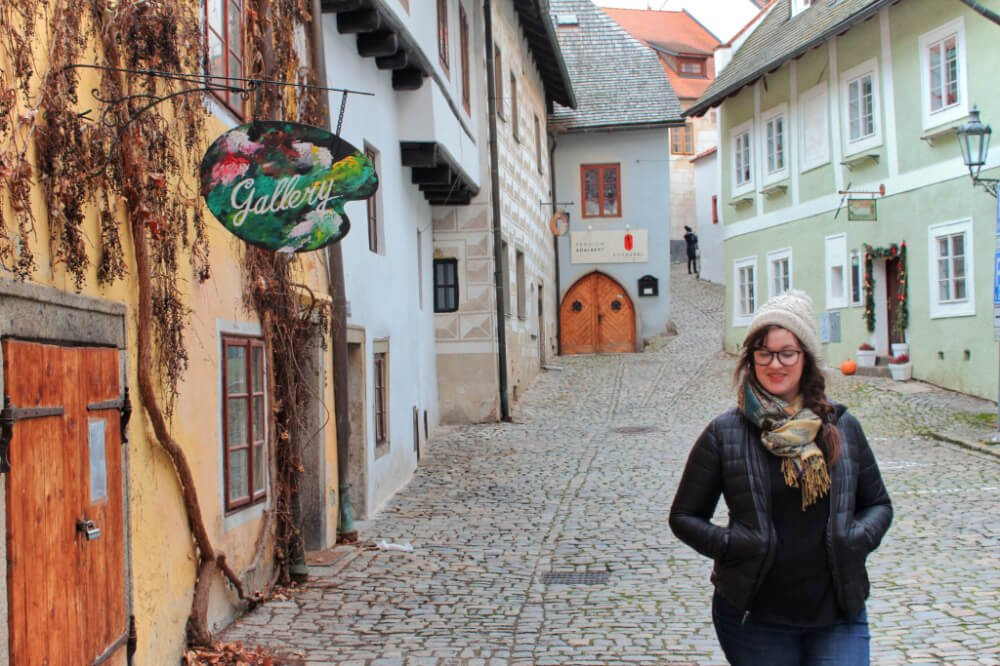 Wandering past an art gallery in an alley in Cesky Krumlov, Czechia.