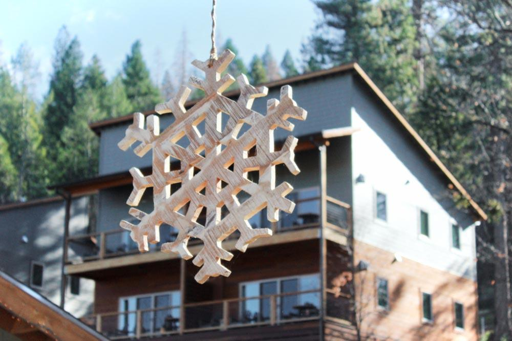 These cheerful wooden snowflakes decorated Rush Creek Lodge during our visit in the winter. Aren't they pretty?